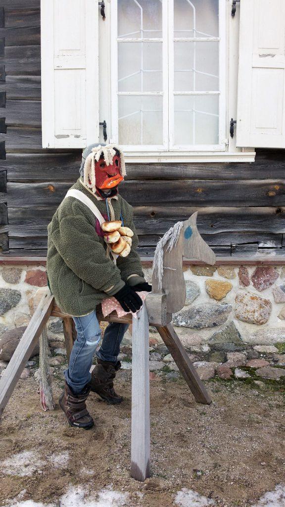 Užgavėnių persirengėlis ant arkliuko