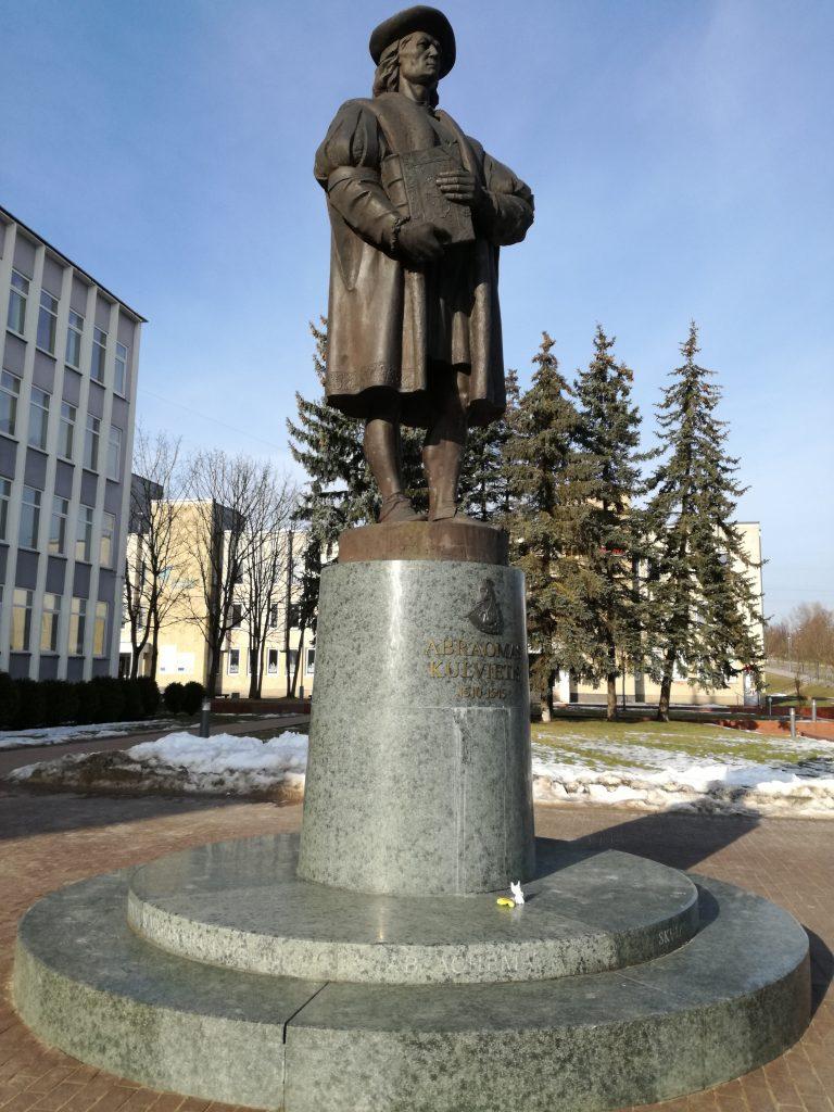 Paminklas Abraomui Kulviečiui Jonavoje (skulpt. Konstantinas Bogdanas ir Mindaugas Šnipas)